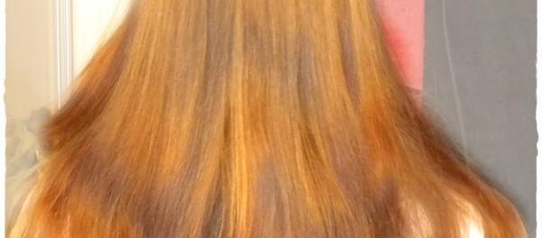 Włosy po rozczesaniu - sztuczne światło
