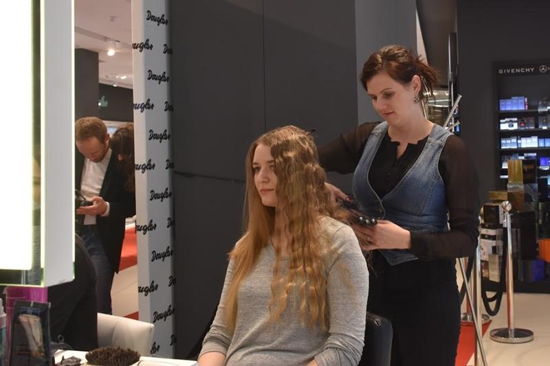 Aleksandra Mentel czesze mi włosy.