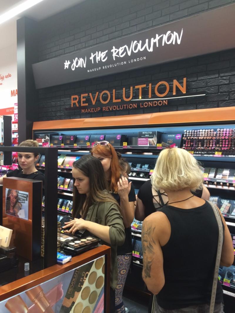 Stoisko Makeup Revlolution Hebe Wroclavia.
