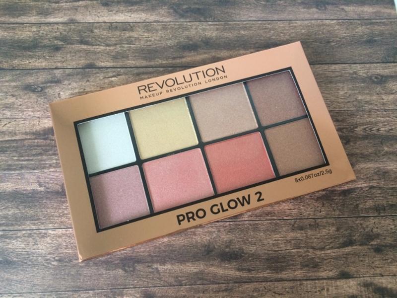 Paletka rozświetlaczy Makeup Revolution.