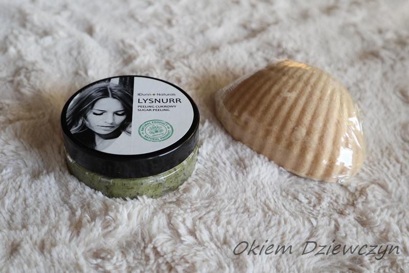 Cukrowy peeling do ciała z suszem z zielonej herbaty oraz muszla do kąpieli od IDunn Naturals.